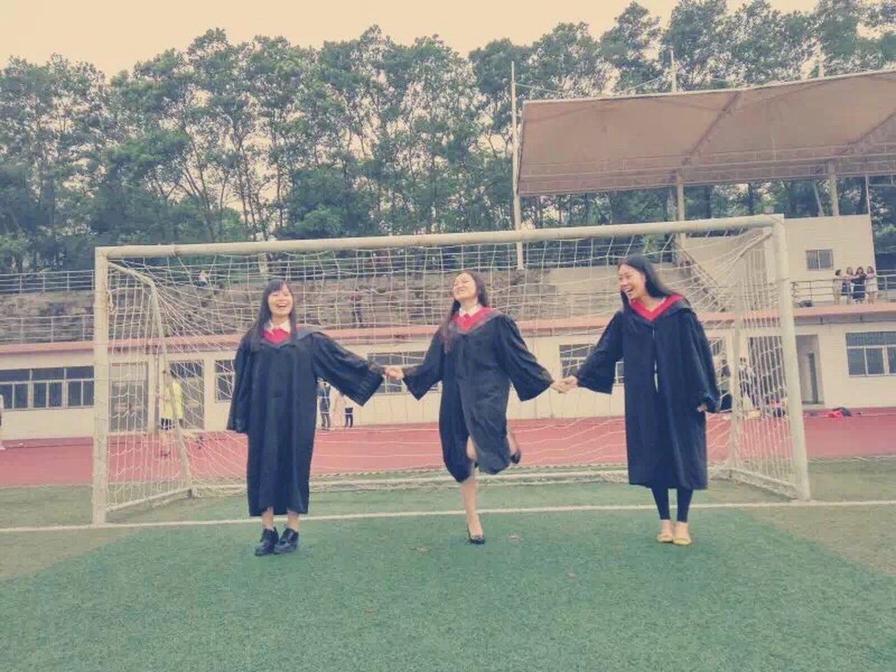 毕业的惆怅被她们的欢笑一吹而散。 First Eyeem Photo