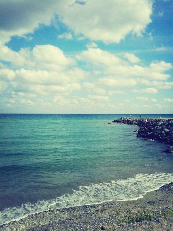 Sabbia tra le dita, vento tra i capelli, il sole in viso. Che bello il mare.
