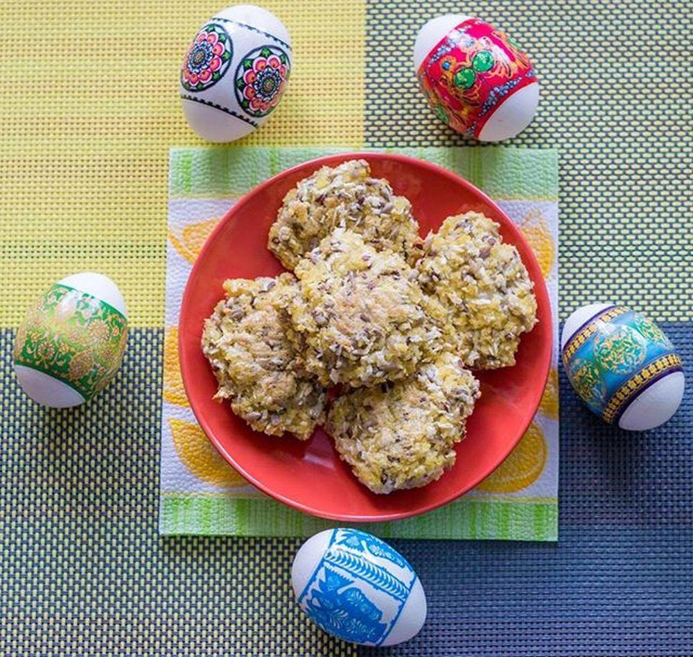 Dzień dobry😊Mamy już środę jak miło☺Dziś mam dla Was ciasteczka,w otoczeniu jeszcze wielkanocnych jajek,które robiłam pierwszy raz i powiem ,że smakują super czy to do jogurtu czy normalnie tak jako przekąska😊Są to ciastka z kaszy jaglanej z kokosami,słonecznikiem,sezamem i siemiem lnianym😊 Smacznego😀 Ciastka Kasza Jaglana Kokos Słonecznik Sezam Siemielniane Deser Dessert Food Instafood Foodporn Healthy Healthyfood Fit Workout Polishgirl Poland Home Eggs Wiosna Spring Jajka Wielkanocne Homesweethome likeforlikel4lf4f