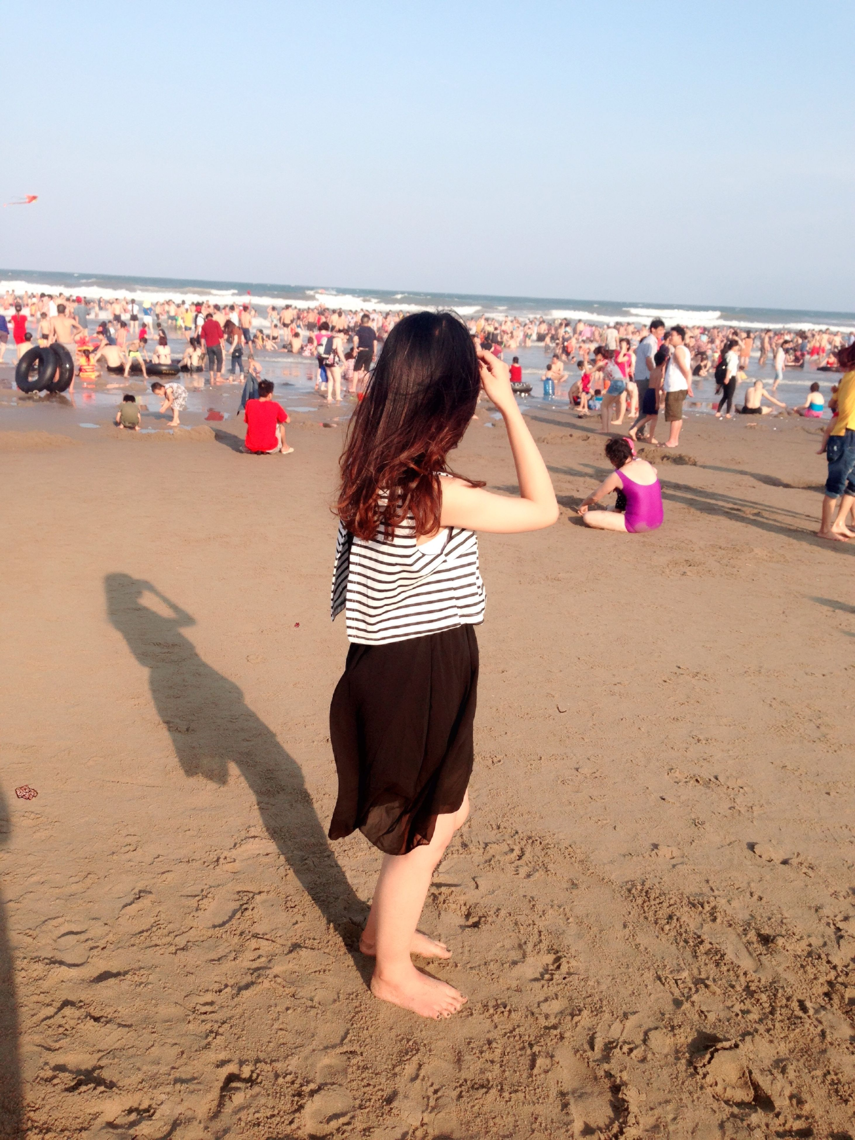beach, sand, sea, shore, leisure activity, lifestyles, person, horizon over water, clear sky, vacations, large group of people, summer, rear view, standing, casual clothing, sunlight, copy space, enjoyment, water