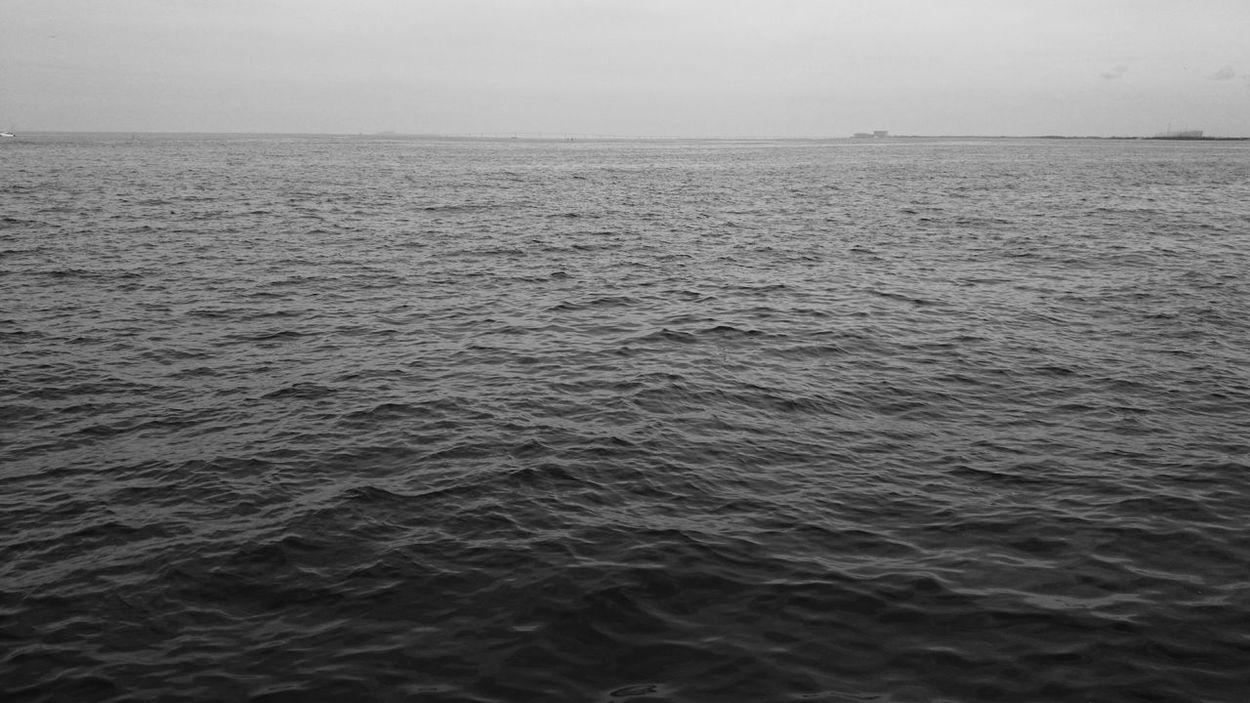 東京湾(木更津)。 海ほたると アクアラインも写ってます。 Sky And Sea Ripples Black And White Blackandwhite Light And Shadow Minimalism EyeEm Best Shots - Black + White