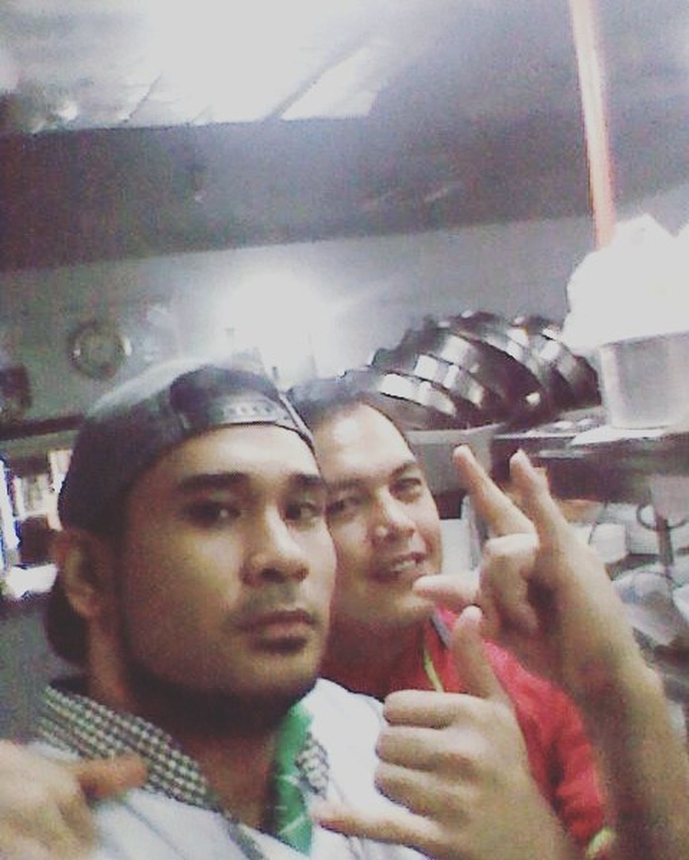 With the hustler Mr. Converse Chef Conrado on the move!! Cge pa noyyyy!!! Haha Foodwarriors Kitchenwarriors InstaChef Onthegrind Keephustlin TeamAlpaMales