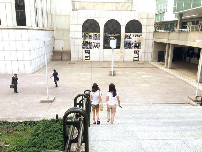 Paseando por la Calle Dos  Chicas Bajando las Escaleras