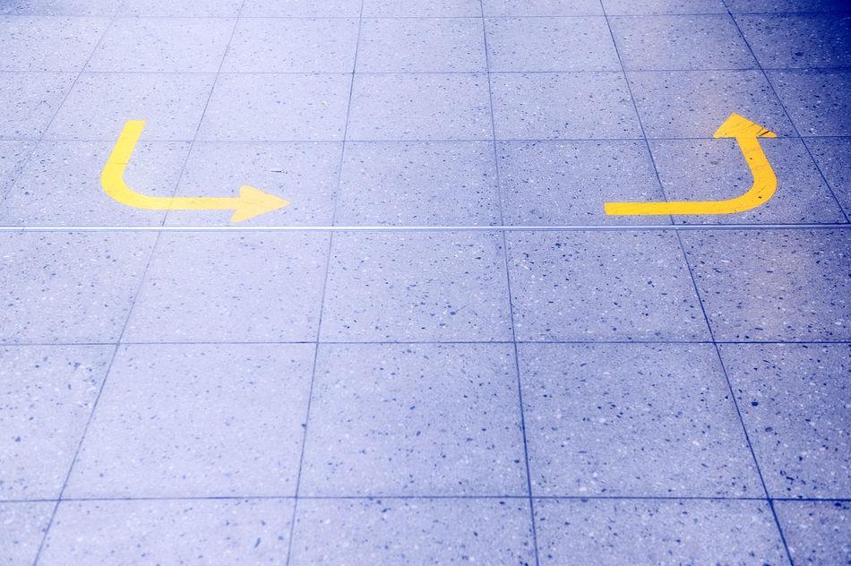 Zwei gelbe Pfeile auf Flughafen Vorfeld Airport Close-up Communication Day Flughafen Gelb Gelbe High Angle View No People Outdoors Pfeil Pfeile Richtung Richtungspfeile Runway Vorfeld