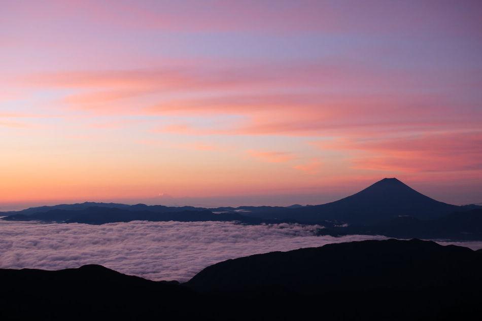 朝焼けと富士と雲海。 Morning Glow Mt.Fuji 孤高 Sea Of clouds Mountains And Sky Clouds And Sky Lovely Weather EyeEm Best Shots - Nature 43 Golden Moments 北岳