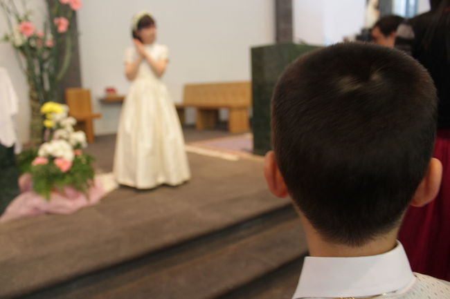 Business Church Close-up Comunion Depth Of Field First Communion Focus On Foreground Friendship Front View Happiness Holding Home Home Interior Human Body Part Human Hand Indoors  Lifestyles Occupation Part Of Real People Relaxation Selective Focus Sitting Women