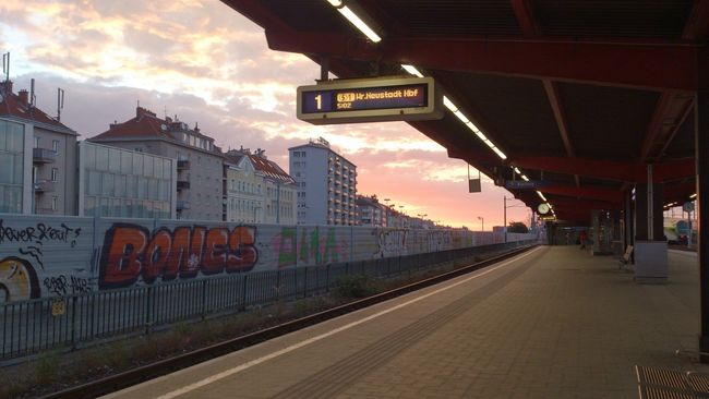 Bahnsteig  Waiting For A Train Juni 2014 Himmel über Wien