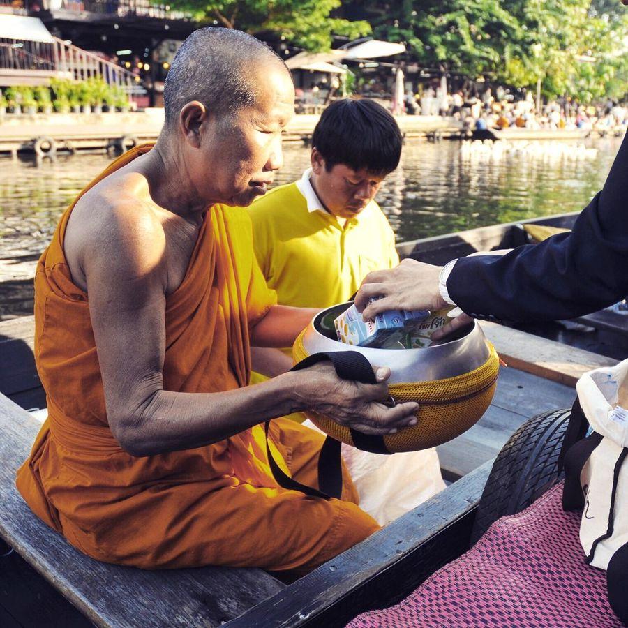 Monk Boudhisme Buddhism Budhism Bouddhisme Bangkok Thailand Floating Market Monk  Gift Thailandtravel Thailand_allshots Thai Thai Temple Thail