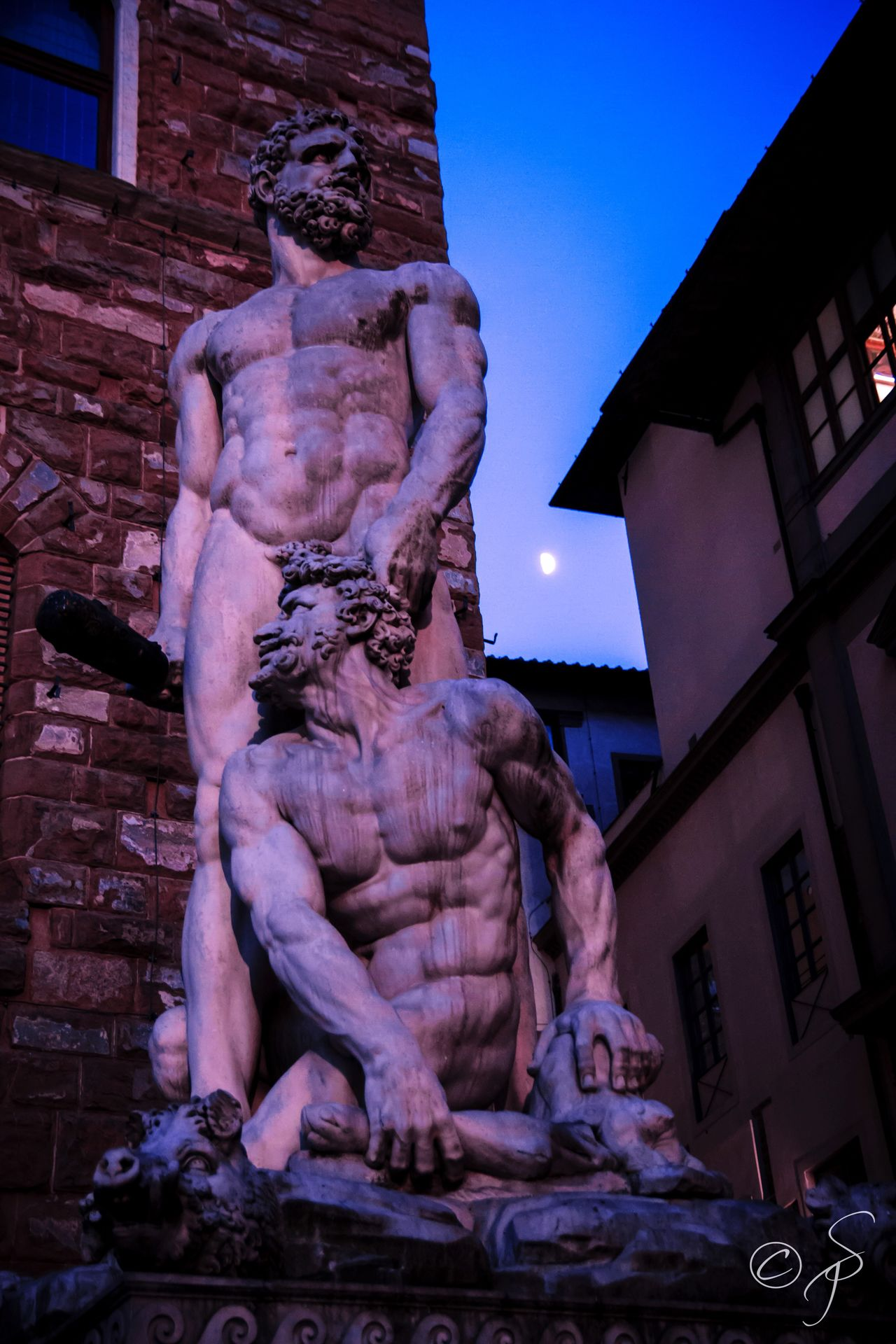 Hercules & Cacus. Piazza della Signoria, Firenze, Italia. 🇮🇹 Firenze Florence Italia Italy Statue Sculpture Clear Sky Outdoors City Sky Moon Moon Light Piazza Della Signoria Ercole E Caco Ercole Hercules Hercules And Cacus