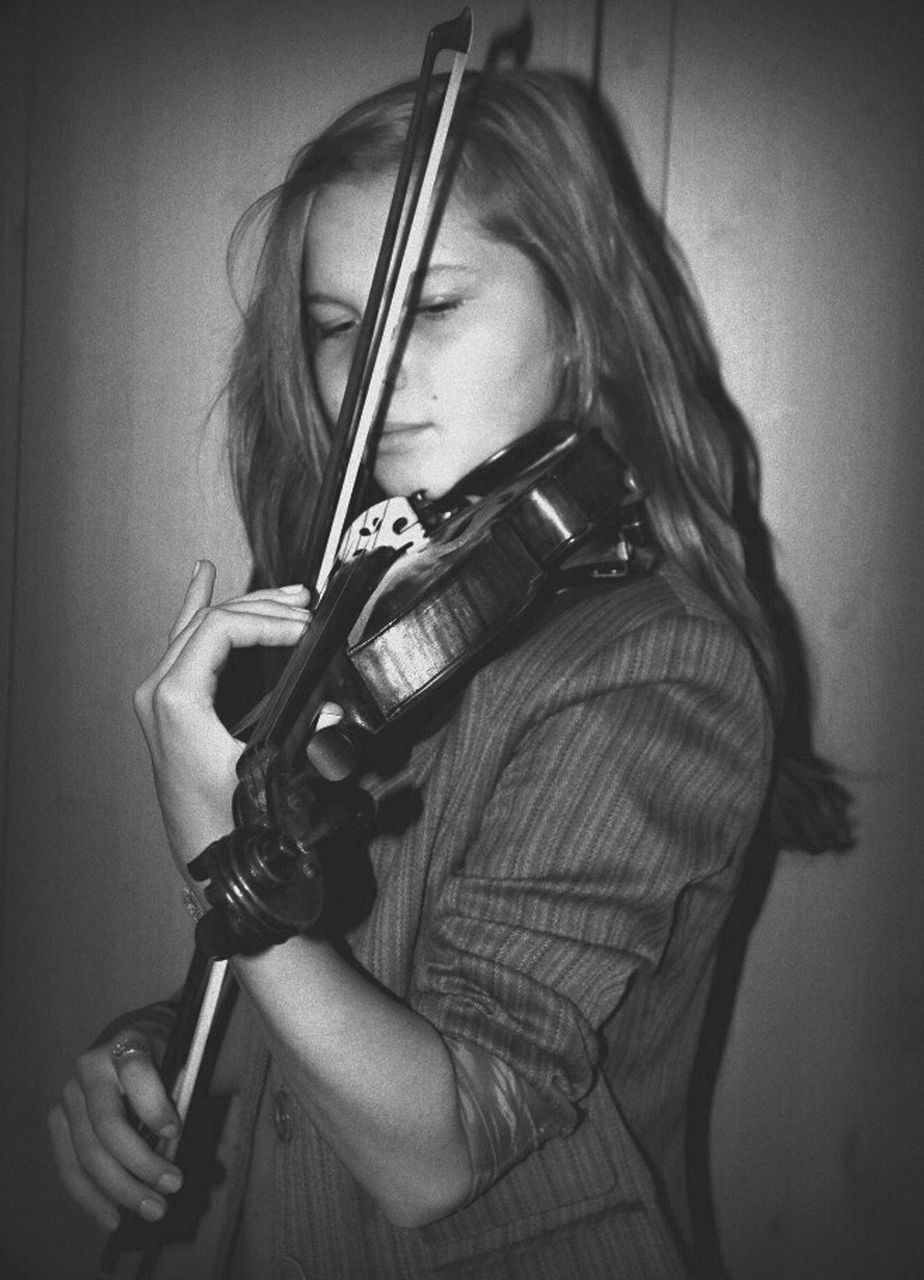 violin, musical instrument, one person, music, skill, playing, indoors, holding, front view, real people, musician, practicing, violinist, leisure activity, concentration, musical instrument string, young adult, classical music, close-up, day, people