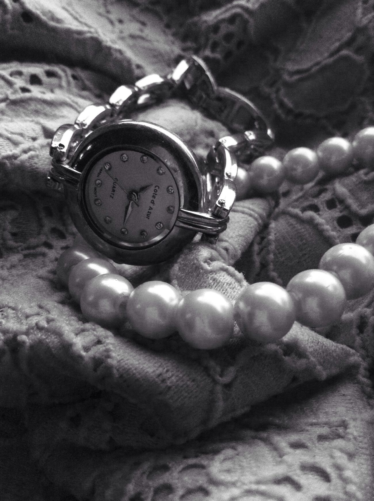Lace, pearls and silver: a little girly for my taste, but it makes a damn nice B&W. Blackandwhite Watchandpearls Goodmorning :)