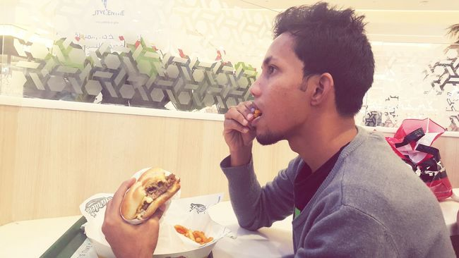 Hello World That's Me Sharjah Uae Wonderful Dinner Hardees Burgers Cheese Steak with Syed