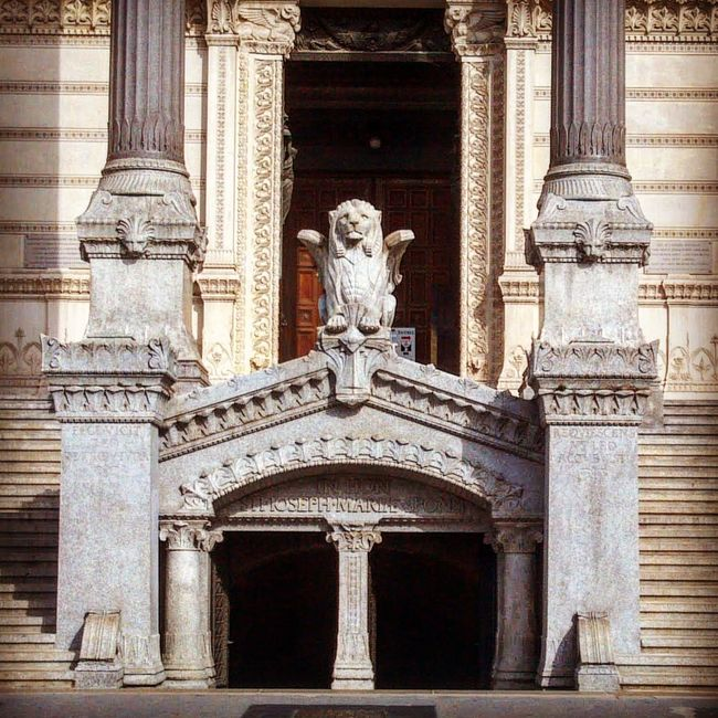 An old picture from Lyon I forgot I even had that I decided to upload to Instagram ...I find this Statue so majestic for some reason. Light And Shadow Doors Simplicity