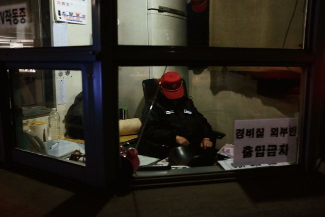 The guard / 11:34pm in Seoul as part of 24 hour project (Last one) 24 Hour Project Seoul Street Photography The Human Condition EyeEm In Seoul EyeEm Korea