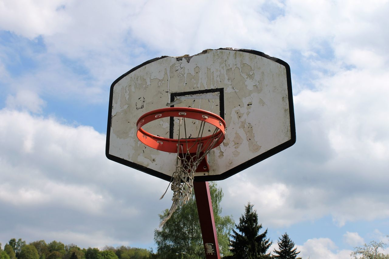 Old basketball hoop at my hometown Alter Basketballkorb Basket Basketball Basketball - Sport Basketball Court Basketball Hoop Basketballkorb Old Baskball Hoop Old Basketball Court