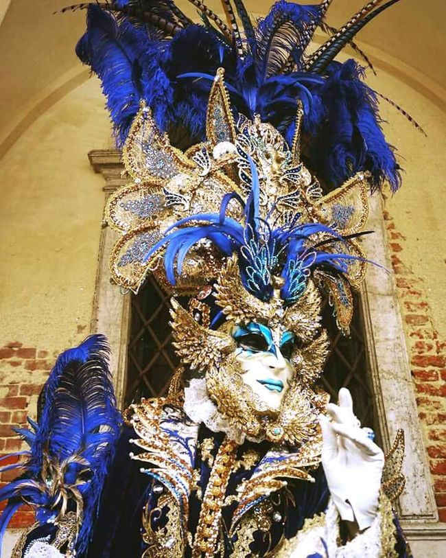 Colors Of Carnival Carnevaledivenezia Venezia Carnival Straikapose Vogue Fashionista Dress Photo Photography Photooftheday Feathers Blue Gold Rich AnnadelloRusso Dragqueen  Excess Cool Picoftheday Igers Like NX2000 Mirrorless Italy