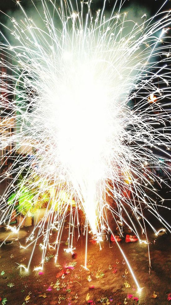 Painting lights. Long Exposure Exploding Celebration Motion Firework Display Blurred Motion Multi Colored Sparks Outdoors Arts Culture And Entertainment Firework - Man Made Object Illuminated Firework Huaweiphotography P9LitePhilippines P9lite Mobilephotography NewYear2017