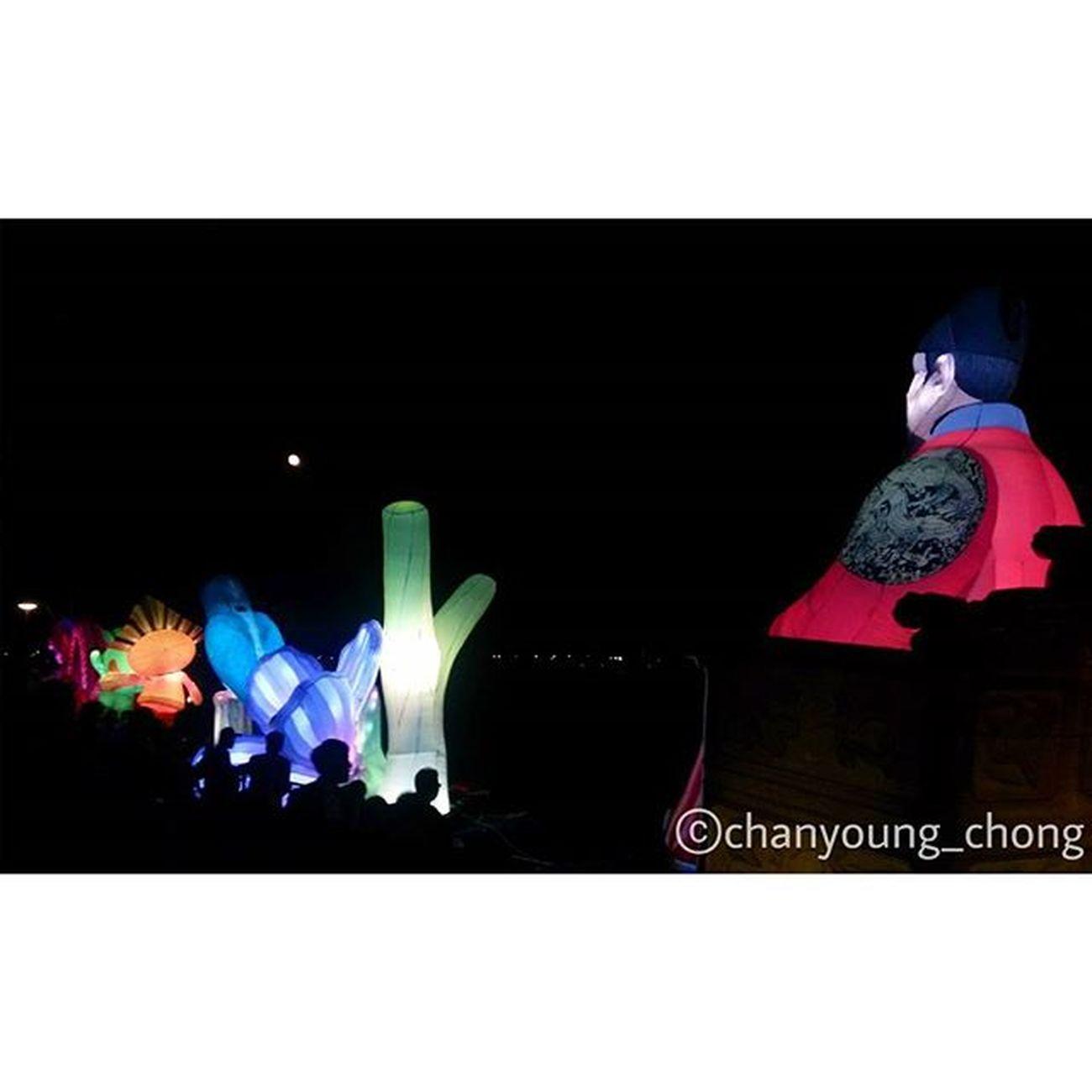 저거 뭐더라..빛나고 물위에 둥둥 떠다니는거..ㅠ 대한민국 세종 축제 세종축제 달 추억 가족들이랑 세종대왕 폰카메라 밤 사진 Korea Sejong Festival Moon Memory Reminisce Withfamily Sejongdaewang Light Kingsejong Phonecamera Night Photo