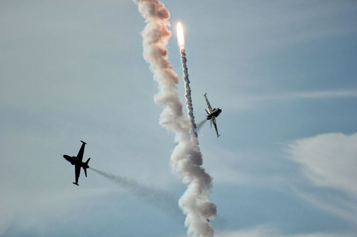 Vapor Trail Speed Flying Low Angle View Airshow Airplane Mid-air Coordination Motion Sky Performance Jets Missile Air Display  Teamwork Sky Jet Fighter Fighter Jets Rocket Defense System Action Flight Flying Launch Missile Launch Defense