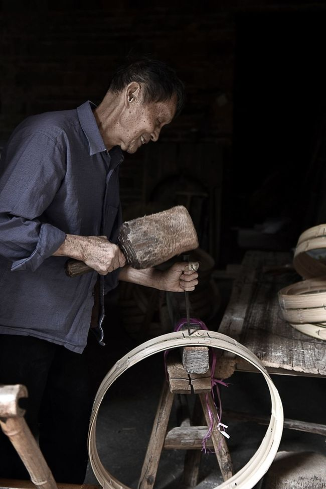 The old man in the craft做蒸笼的老人