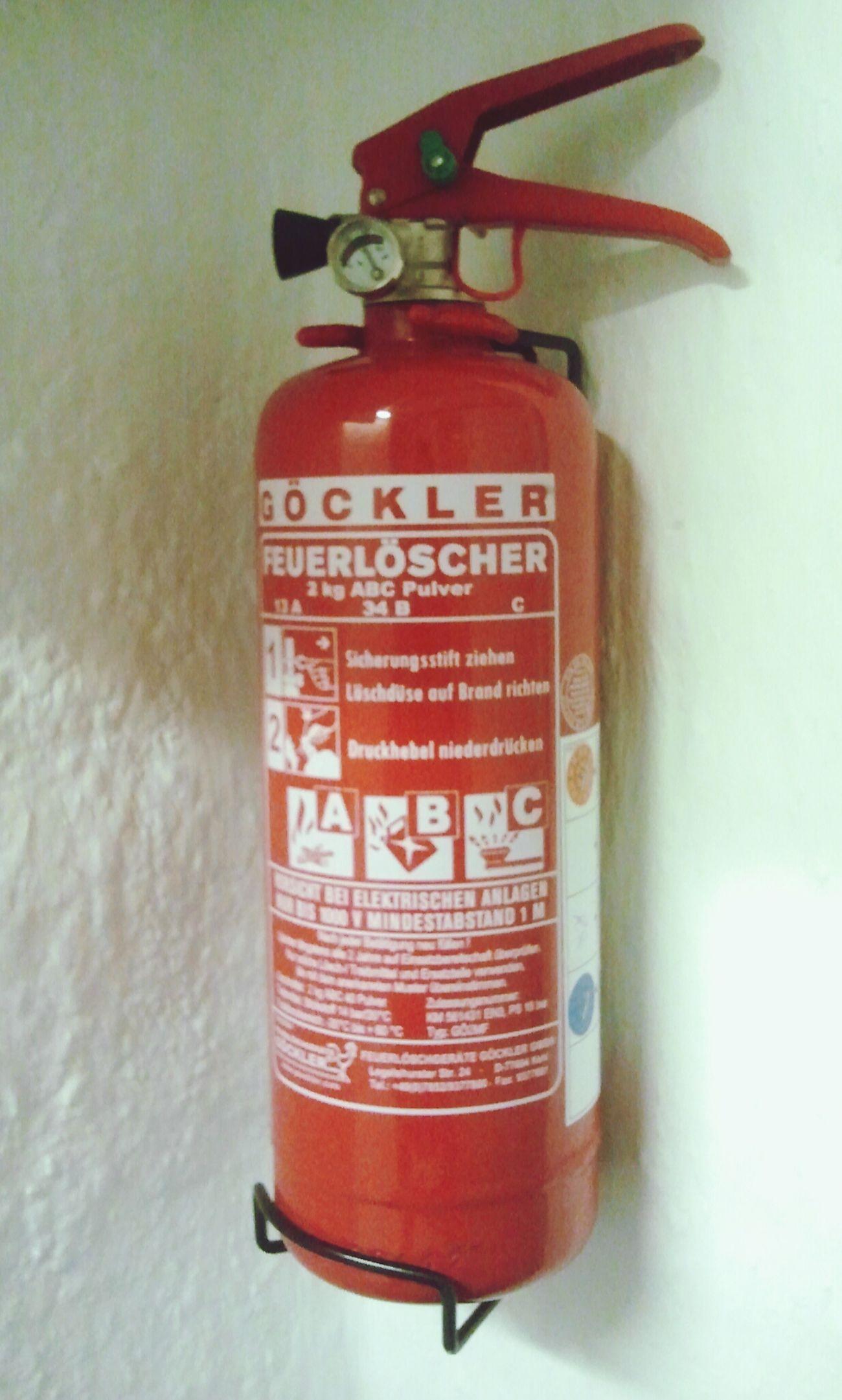 Feuerlöscher verfügbar. Check. Feuermelder installiert. Check. Jetzt können mich nur noch die Krim-Knallchargen ruinieren.