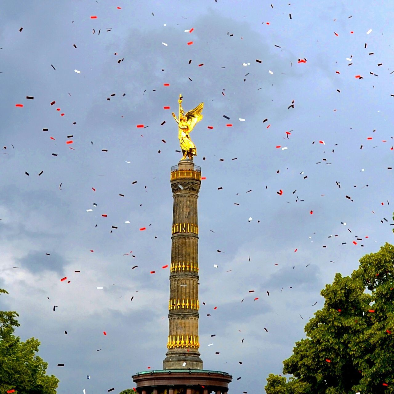 Christopher Street Day CSD Berlin 2015 Confetti Everywhere! Streetparty Victorycolumn Berlin