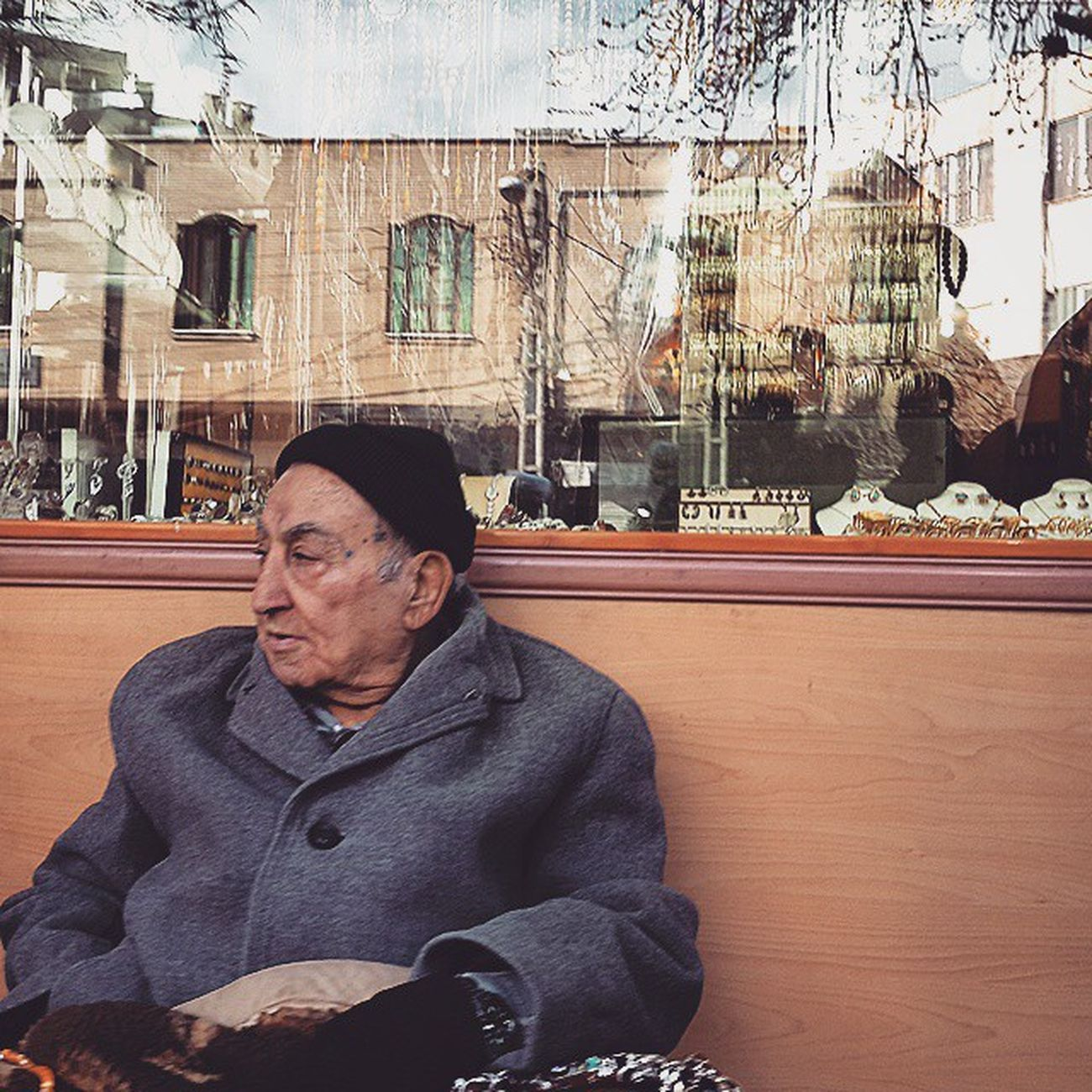 . پیرمرد انگشتر فروش بساط کارش رو در مقابل مغازه طلا فروش علم کرده . چه همزیستی گرمی در زمستان  پر سوز