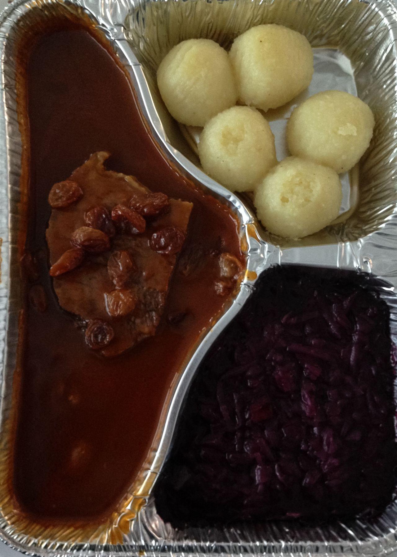 Klöße Rindfleisch Sauerbraten Rotkraut Und Knödel Rotkraut Mittagessen Assiette