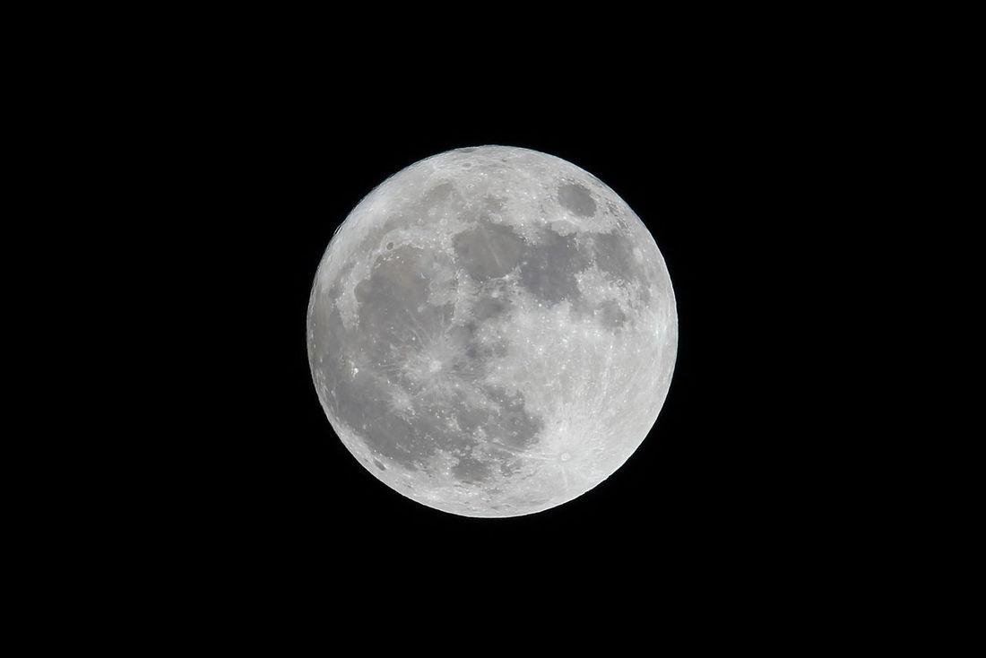「スーパームーン」(*^^)/ 雨模様の合間に奇跡的に見えた!\(^o^)/ 今日のスーパームーンは68年ぶりのデカさらしいから、「ウルトラムーン とか「ハイパームーン」とか「ミラクルムーン」とか「セーラームーン」とか言うべきかもね(*゚艸゚*)  Astronomy Beauty In Nature Black Background Close-up EyeEm EyeEm Best Shots EyeEm Gallery EyeEmBestPics Full Moon Hyper Moon Midnight Moon Moon Surface Moonlight Nature Night No People Outdoors Sky Space Super Moon Super Moon 2016 Taking Photos Taking Pictures スーパームーン