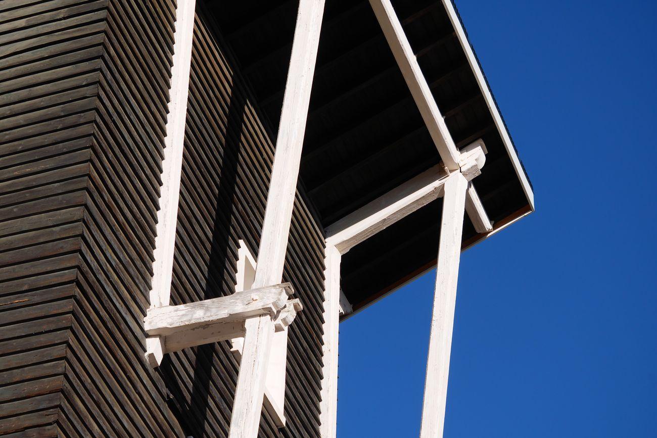 Tout en bois, un peu de chaleur dans ce froid. Une excellente semaine à tous ! Low Angle View Built Structure Architecture Building Exterior No People Outdoors Day Sky Close-up Mountain Chalet Lodge