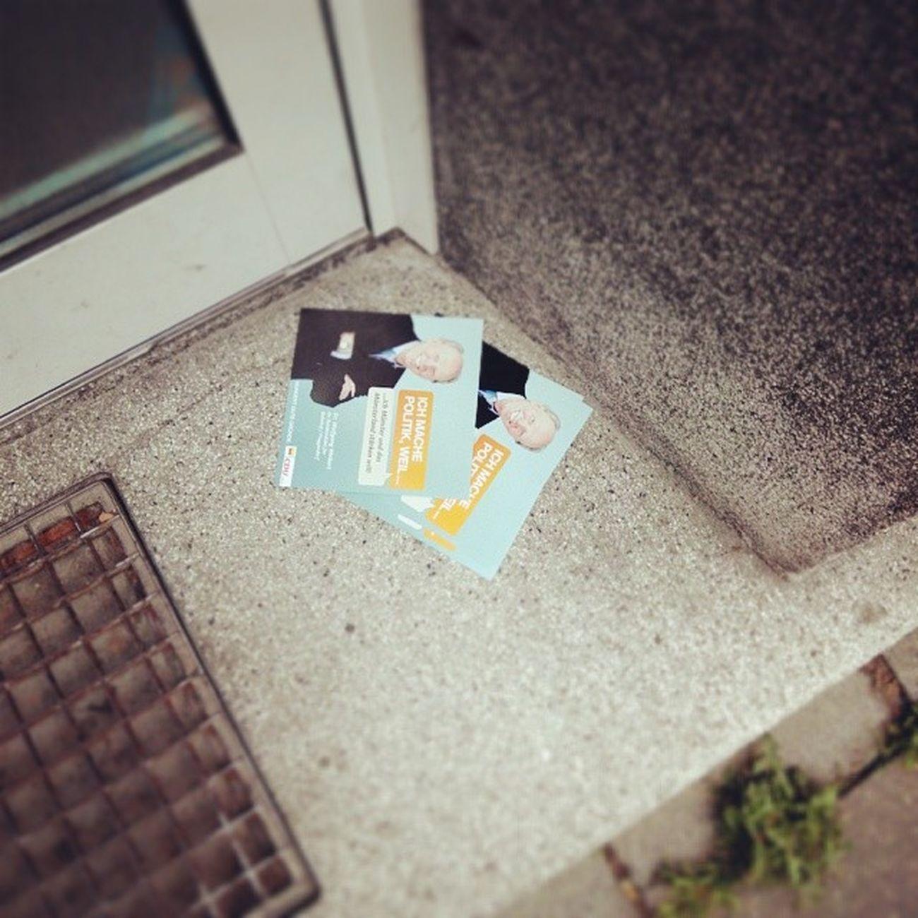 Spitze mit der Wahlwerbung , die einem vor die Tür geworfen und dann vom Winde verweht wird... Cdu Umweltverschmutzung Dreck wahl2014 münster