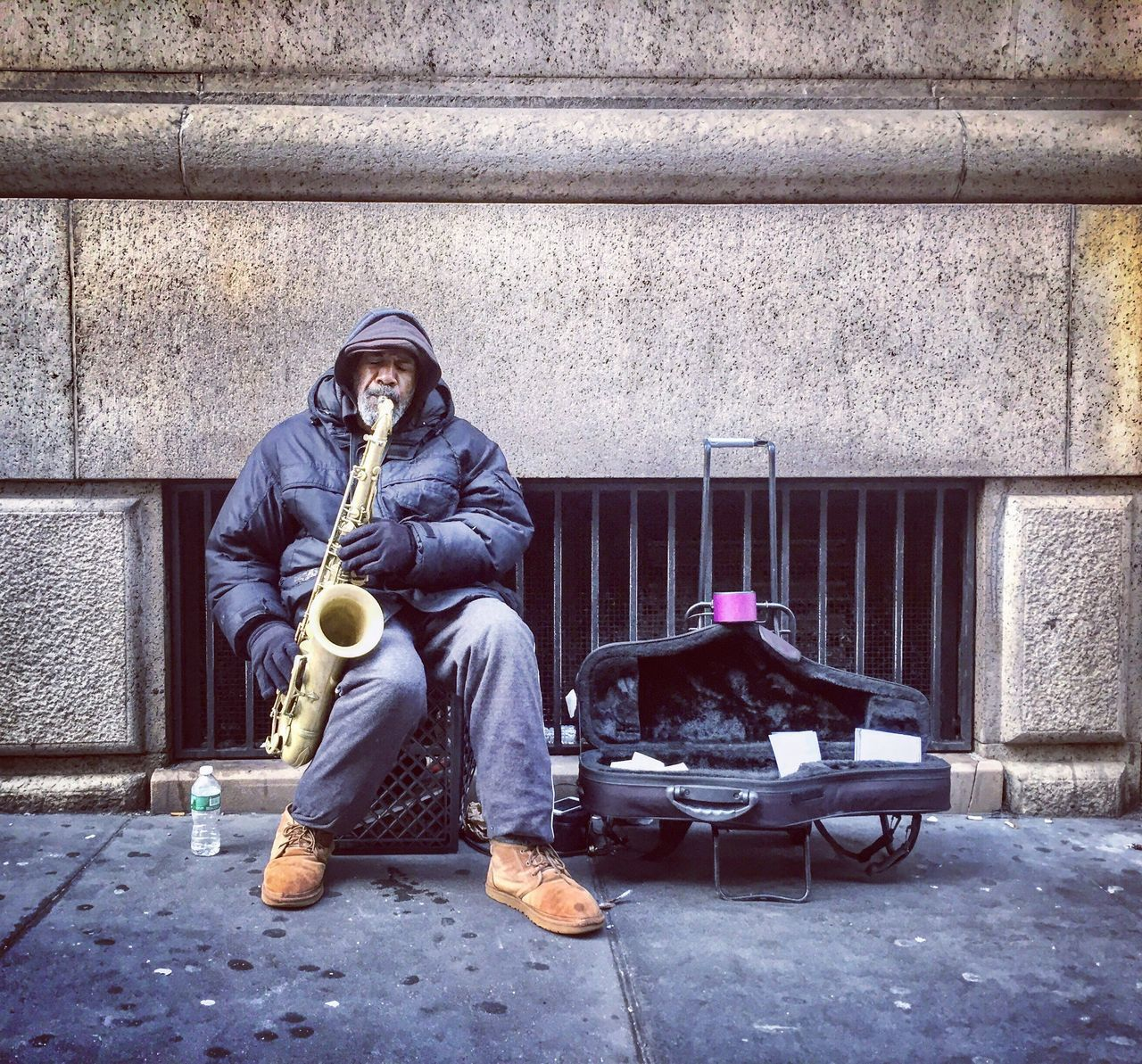 Saxophonist 🎷 One Person Saxophonist Saxophoneplayer Saxophone Player Streetphotography Street Photography Streetsaxophonist Streetphoto_color Newyorkcity Newyorklife Blackman Musician Streetmusician Saxophone Ilovesax Ilovesaxophone One Man Show OneMan Playing Music Playingsaxophone Playing Outside