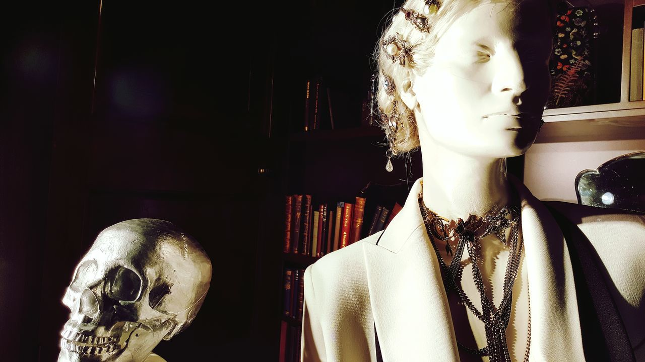 Well-dressed Skull History Statue London Beauty Modern Art Shakespeare Shakespeare Play Sheakspeare Gothic Style Architecture And Art Shop Windows Modern Windows Shopping In Front Of Man Made Object No People Creativity