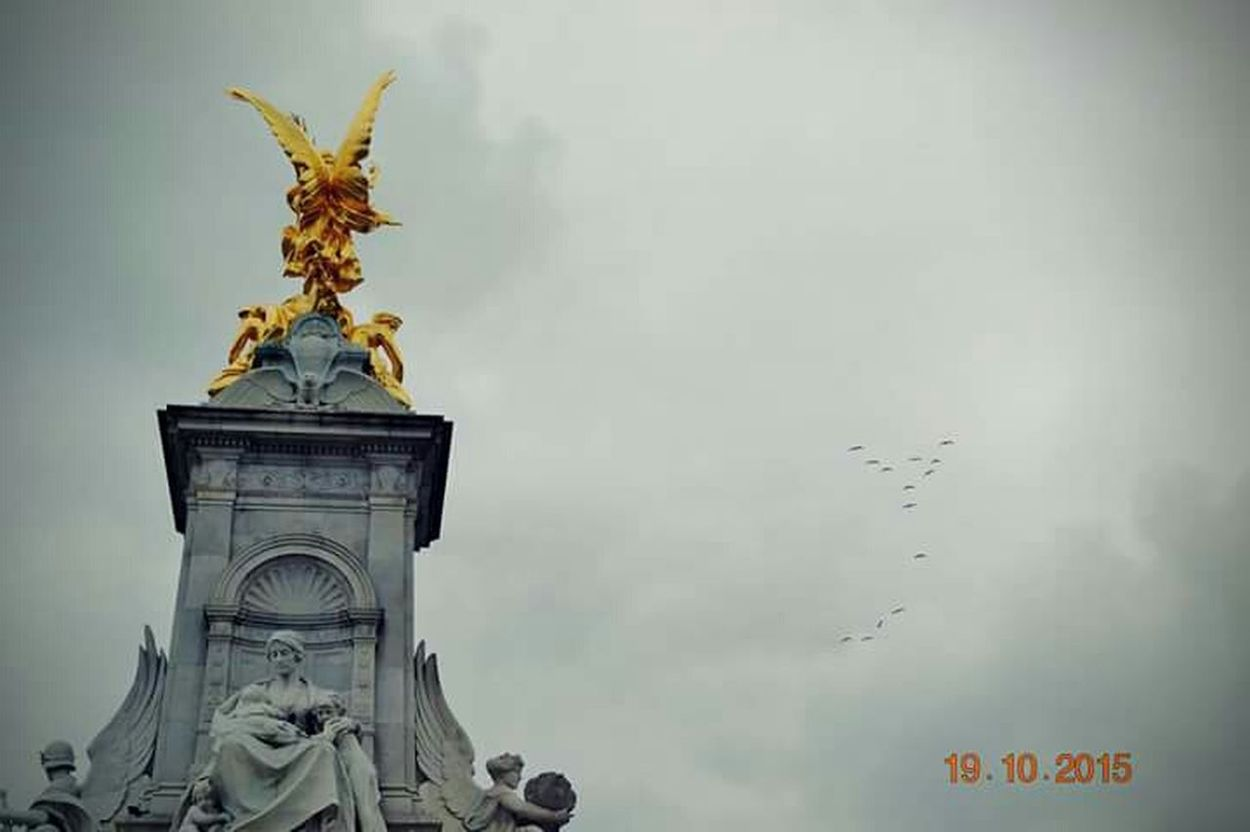 London Buckingham Palace Statue Birdsinflight