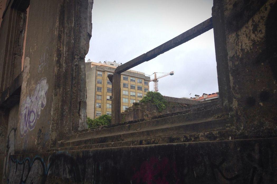 La lejana grua que en un futuro levantara estas paredes Paisaje Abandonado Arquitectura Destrucción Mirar Arriba