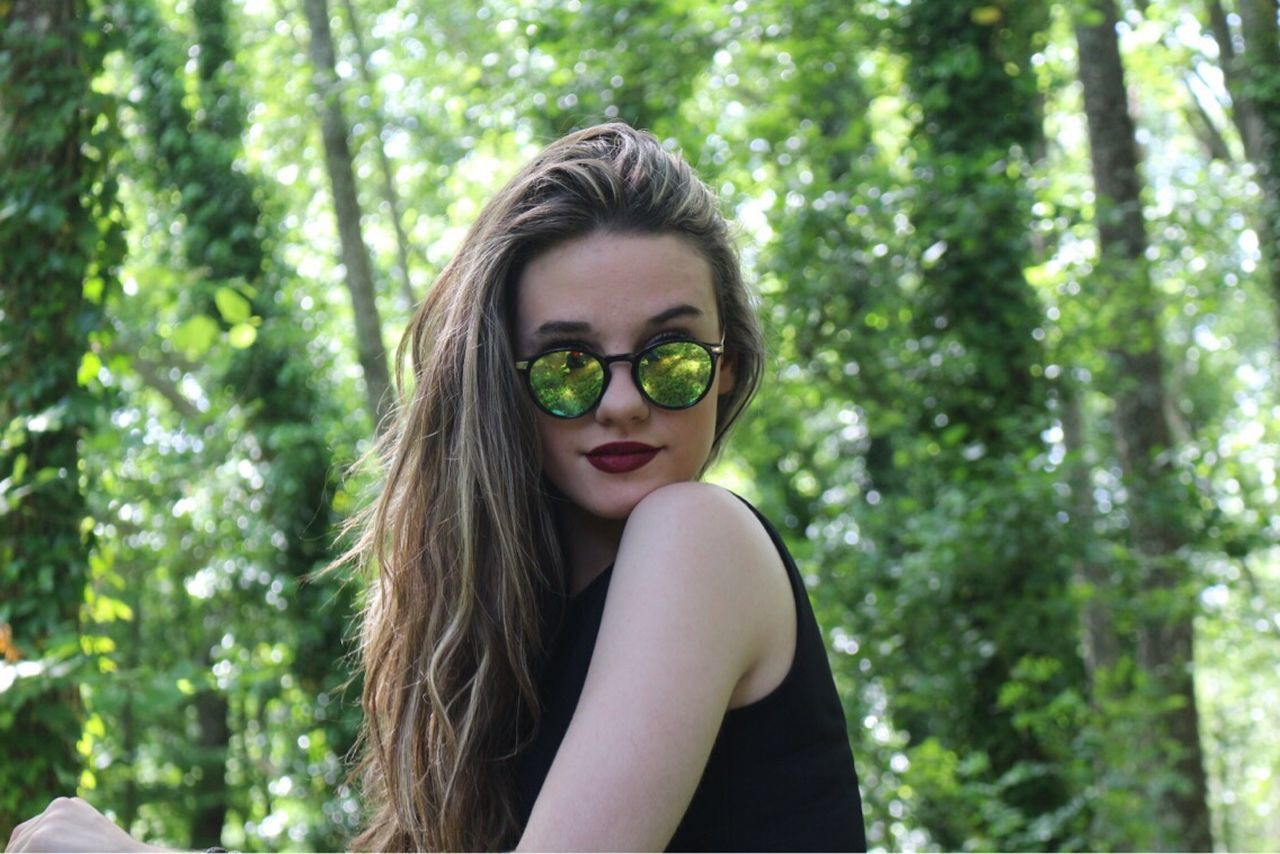 Tree One Person Young Adult Tree Eyeglasses  Looking At Camera Focus On Foreground Portrait Young Women Day Outdoors Smiling Beautiful Woman Real People Nature People España Bestoftheday Distorsion Españoles Y Sus Fotos Adults Only Adult Lifestyles One Young Woman Only ATENEA The Portraitist - 2017 EyeEm Awards