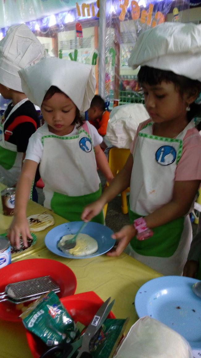 Chef Najma dan chef Shafira mau bikin roti bakar dulu 😁😁 Kids Chef FunCooking Playtime Playgroup Happyday Kidsproject CBMA