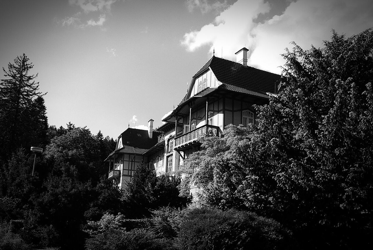 Architecture_bw Hut Fasade Building Exterior Building Trees Behind The Trees Exterior Moravia Morava Moravian Architecture Architecture ArchiTexture Architecturelovers Architektur Old House House Old Building  Balcony Wooden Exterior Wooden Balcony Fasada Exterior Design Black And White Exterior Architecture