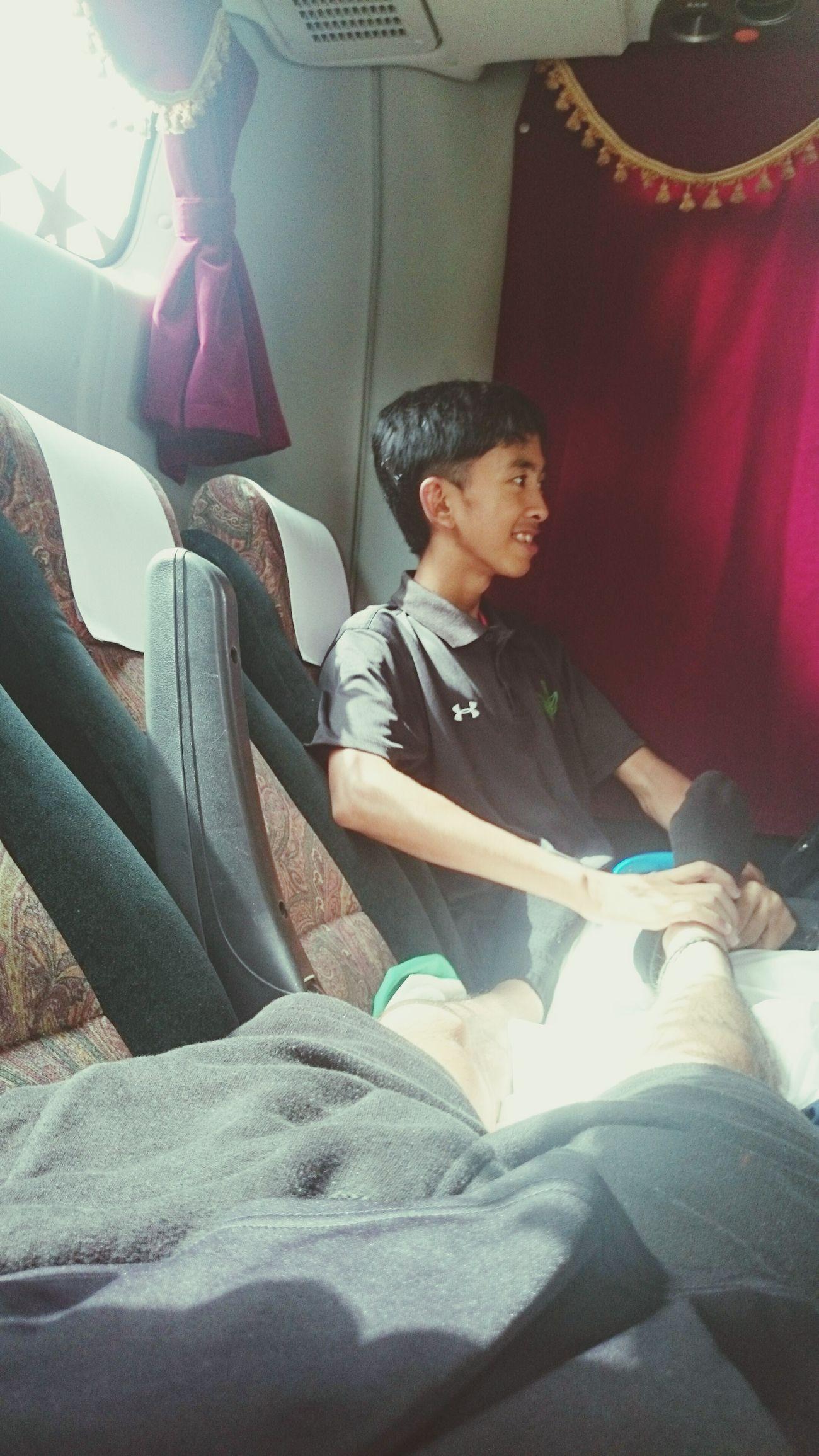 バスの1番後ろの席で膝枕で寝て、後輩に足のマッサージをさせる俺 後輩 仲間