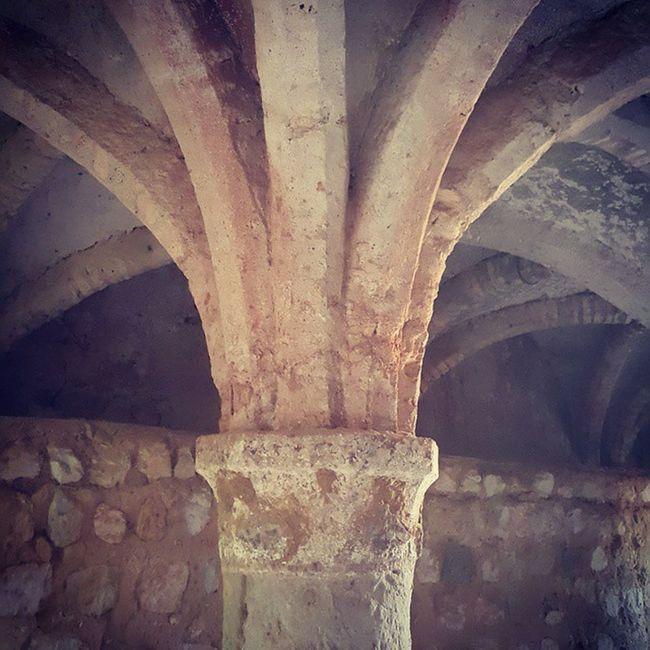 کلیسای قلعه پرتغالیها-فکر کن پونصد سال پیش اینجا رو ساختن بعد از عناصر طبیعی تو معماری شون استفاده کردن و ستون رو به شکل نخل ورست کردن... پوووف چی بودیم و چی شدیم Persiangulf Iran Irantravel Old Buildings Catholic Church Oldchurch