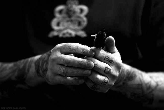 Tattoo Life 1968 Fingers Like4follow Blackandwhite Tatto Tattooman Tattoo Artist Tattoolife Tattooart Tattooartist  Tattoo Bkack And White Photoftheday F4F Noiretblanc Black & White Fine Art Photograhy France🇫🇷 Human Skin