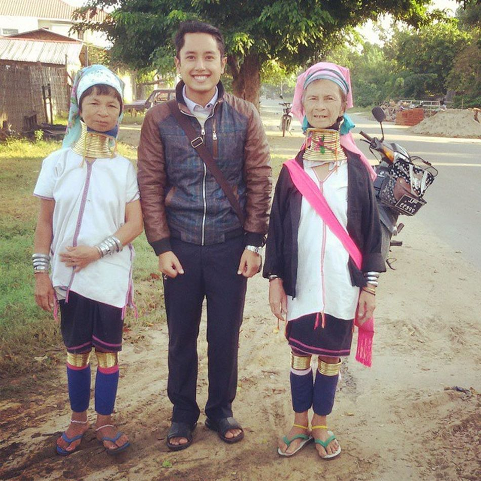 Say. . . . Cheesee with Kayan ethnic women. ရတနာပံုေရာက္ ကိႏၷရာျပည္သူ သို႕ ကယန္းအလွ (ပေဒါင္) နွင့္ ကြ်န္ေတာ္ Mandalay Myanmar Burma Igersmyanmar Igersmandalay Igers Igersburma Ehtnicburma Burmeseethnic Kayan Padaung VSCO Vscomyanmar Ingersmandalay