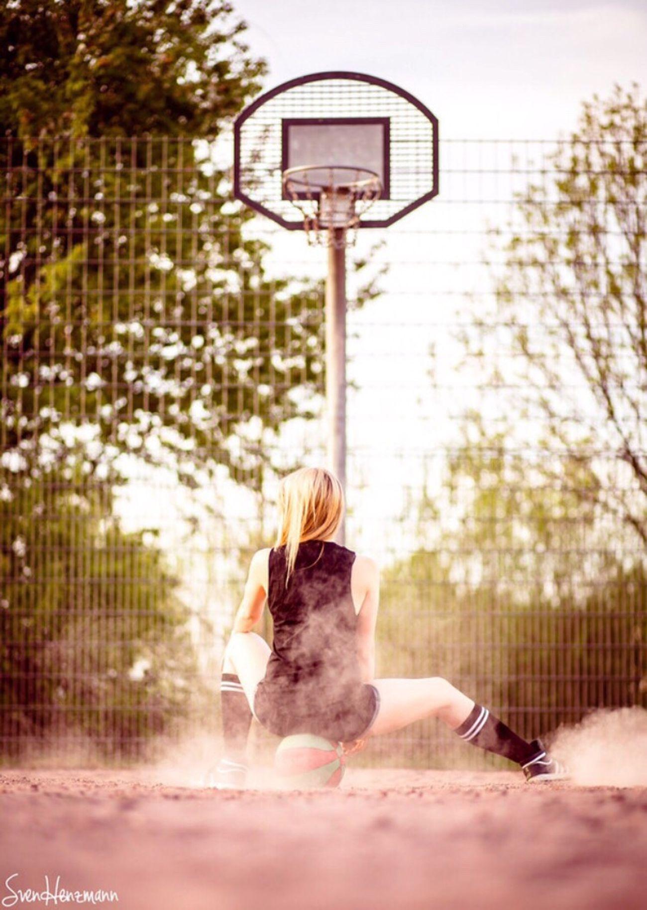 Me Girl Sport Basketball Basketballkorb Fotoshooting Blond Sportoutfit Spaß Outdoorshooting