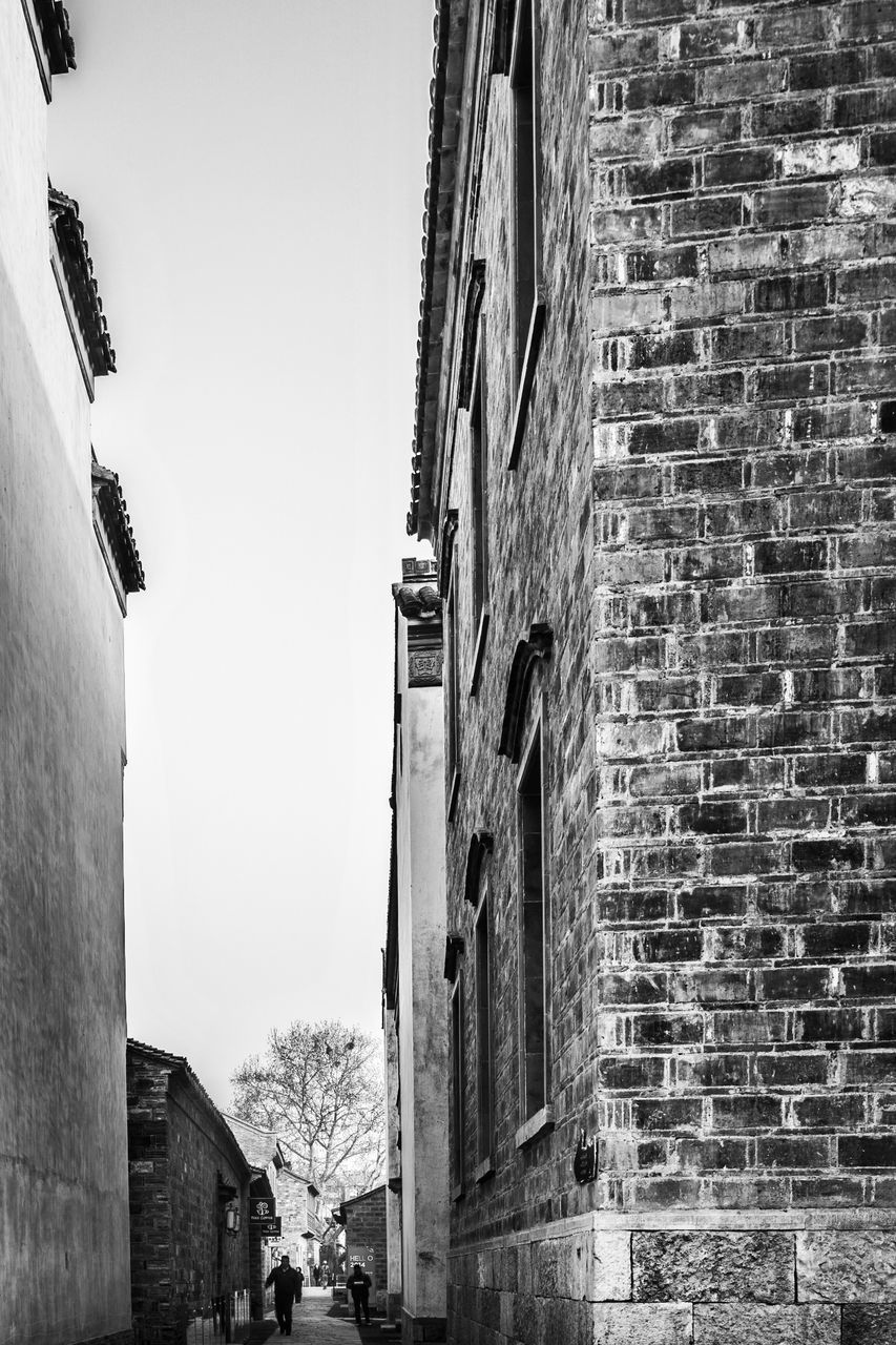 architecture, building exterior, built structure, brick wall, day, outdoors, residential building, no people, low angle view, city, clear sky, sky