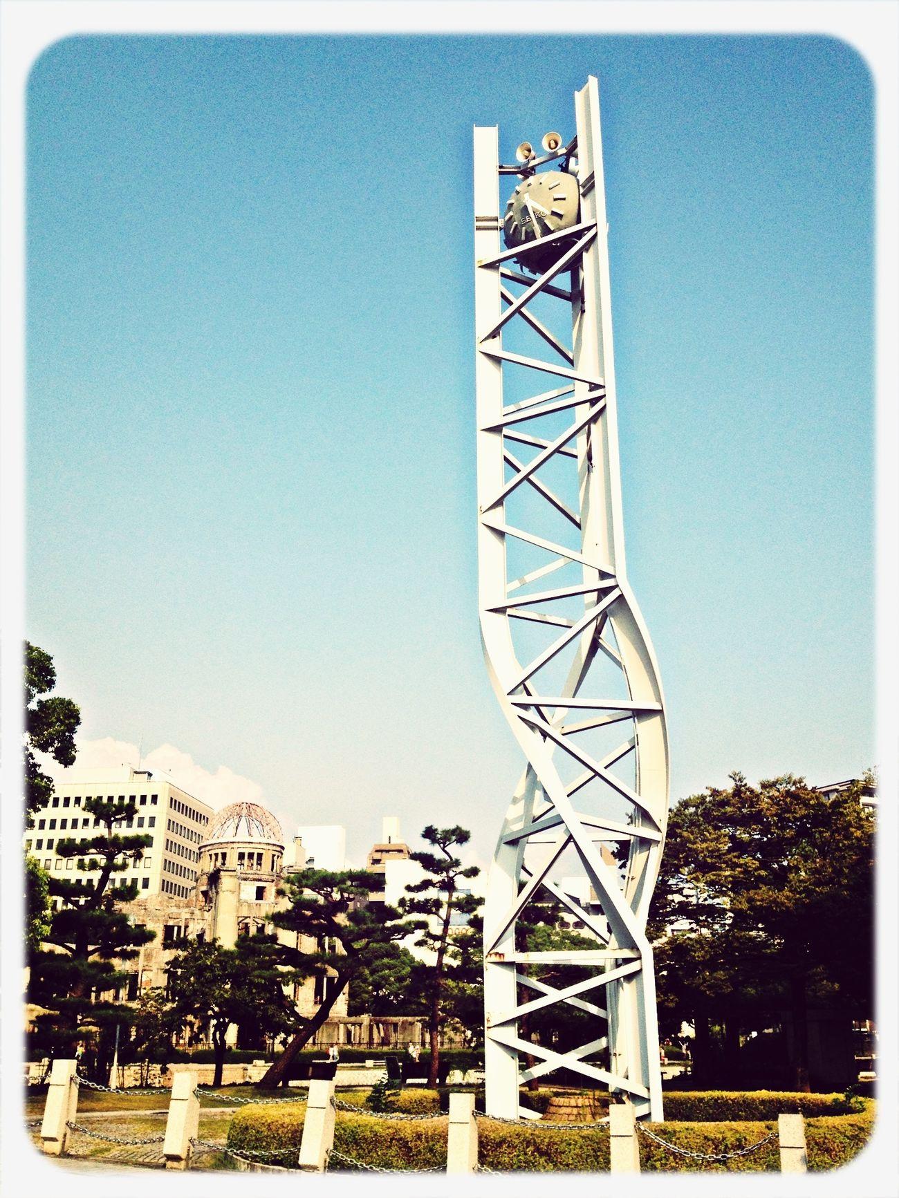 平和の時計塔と原爆ドーム。 平和記念公園