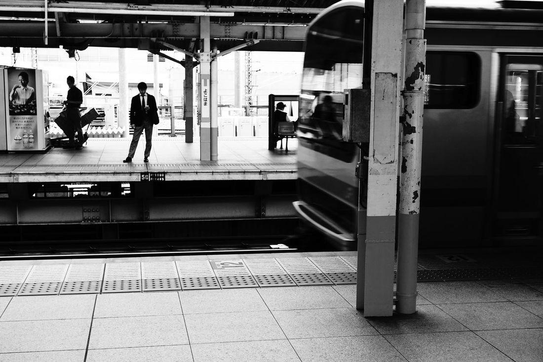 横浜 Train Station Station Waiting For A Train Yokohama Yokohama, Japan Rx100m3 Sony Rx100 M3 Sony Blackandwhite Monochrome Afternoon 横浜駅 Embrace Urban Life