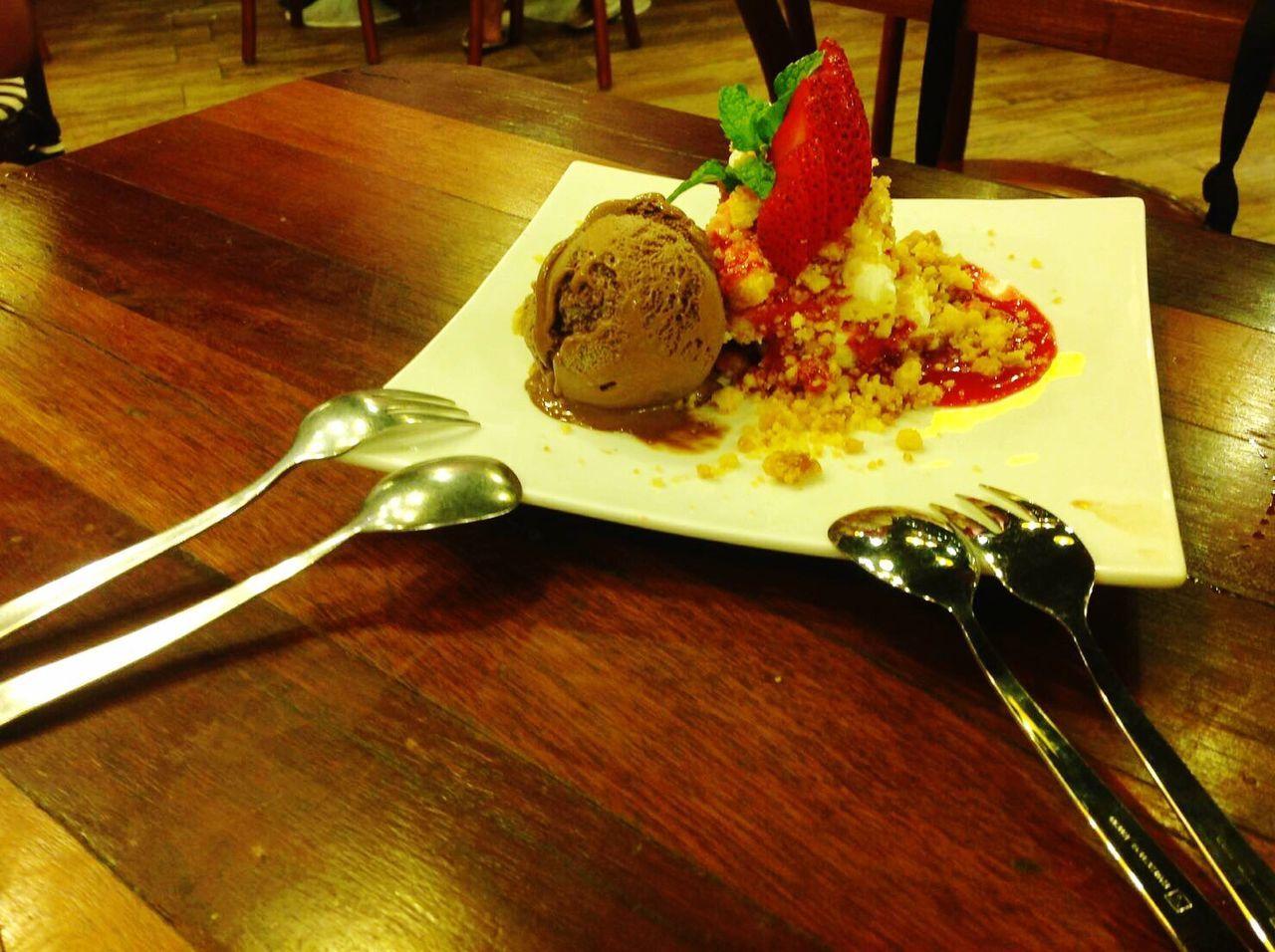 How You Celebrate Holidays Onthetable Icecreamcake  Eating Icecream Strawberry Icecreamstrawberry Enjoyeating Breaktime
