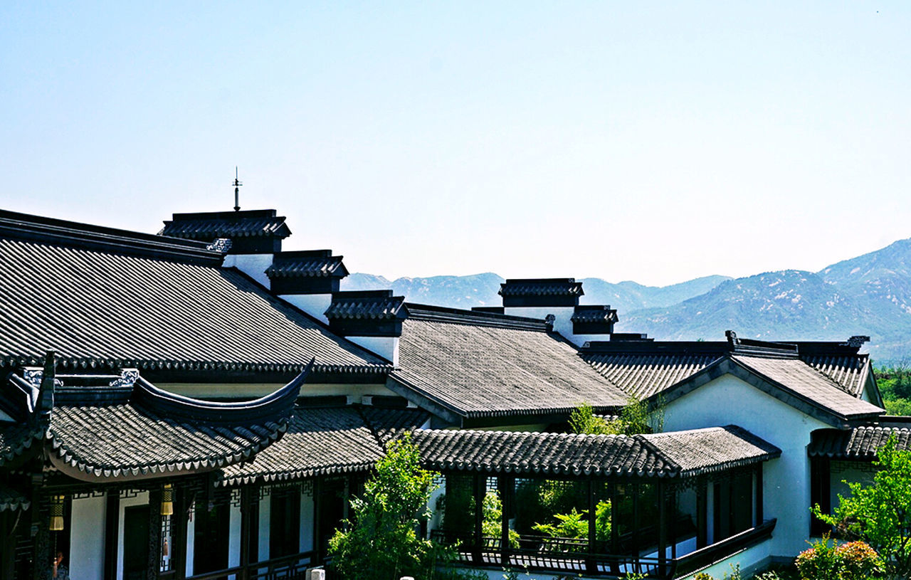 architecture, building exterior, built structure, roof, house, clear sky, day, no people, outdoors, mountain, sky, tiled roof