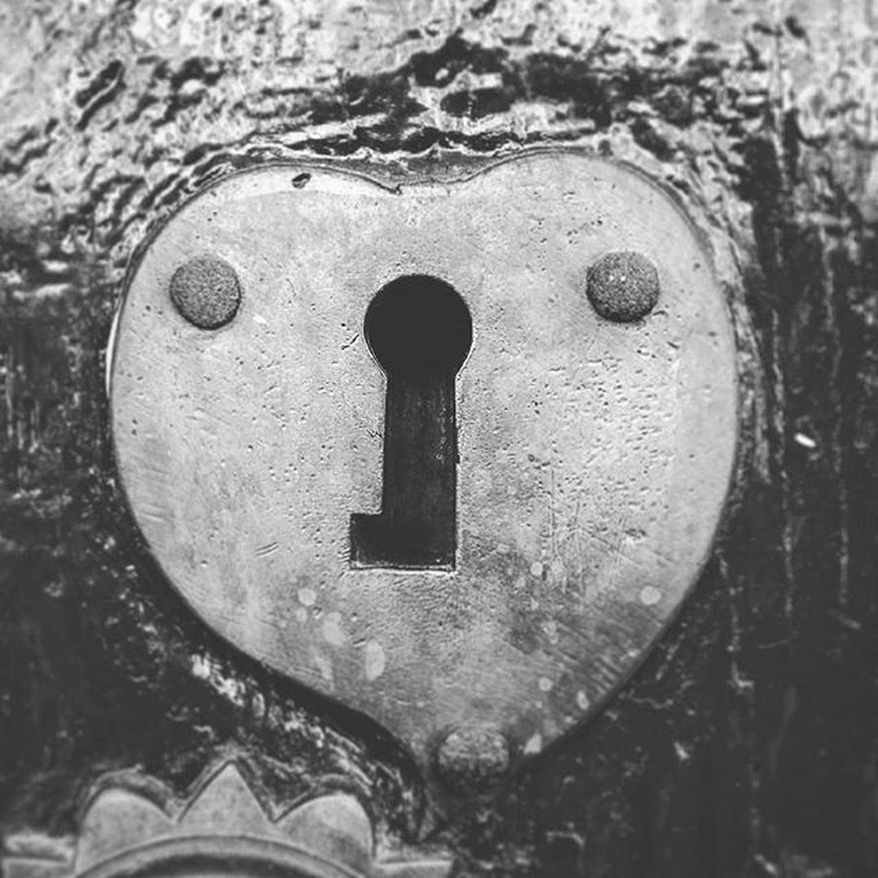 """100happydays """"Sólo aquel que posea la llave del corazón de esa dama, le pertenecerá para siempre."""" 🔑❤👸💕 Llave Key Cerradura Lock Corazón Heart Dama Lady Damisela Damsel Doncella Maiden Formadecorazon Heartshaped Blancoynegro Blackandwhite Byn Bw Antiguo Old Antique Vintage Medieval Romantic love"""