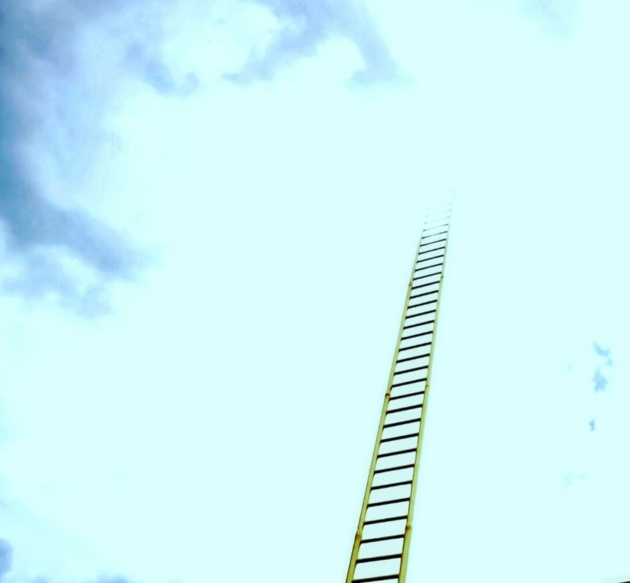 Leiter in den Himmel ... Ladder in the sky EyeEm Selects Low Angle View Sky No People Cloud - Sky EyeEmNewHere Outdoors Architecture Building Exterior Nature Close-up Ladder To Heaven Ladder Leiter Himmelsleiter Beliebte Fotos Taking Photos The Week On EyeEm